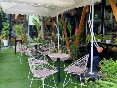 Bàn ghế café kiểu dáng đẹp lạ mắt góp phần thêm thẩm mĩ cho không gian quán